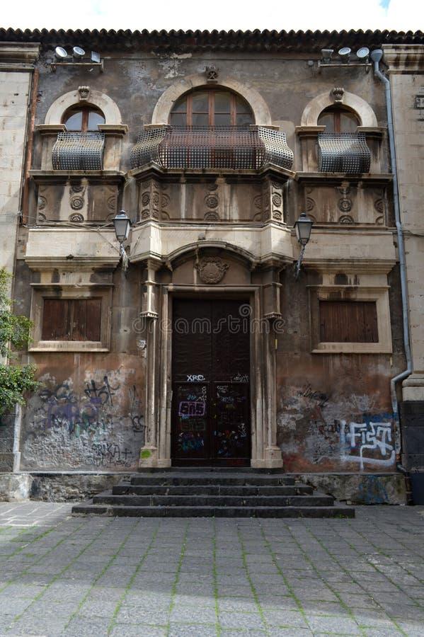 与街道画的西西里人的被放弃的别墅对此 免版税库存图片