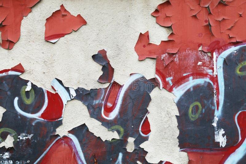 与街道画片段的脏的墙壁背景纹理 免版税库存照片