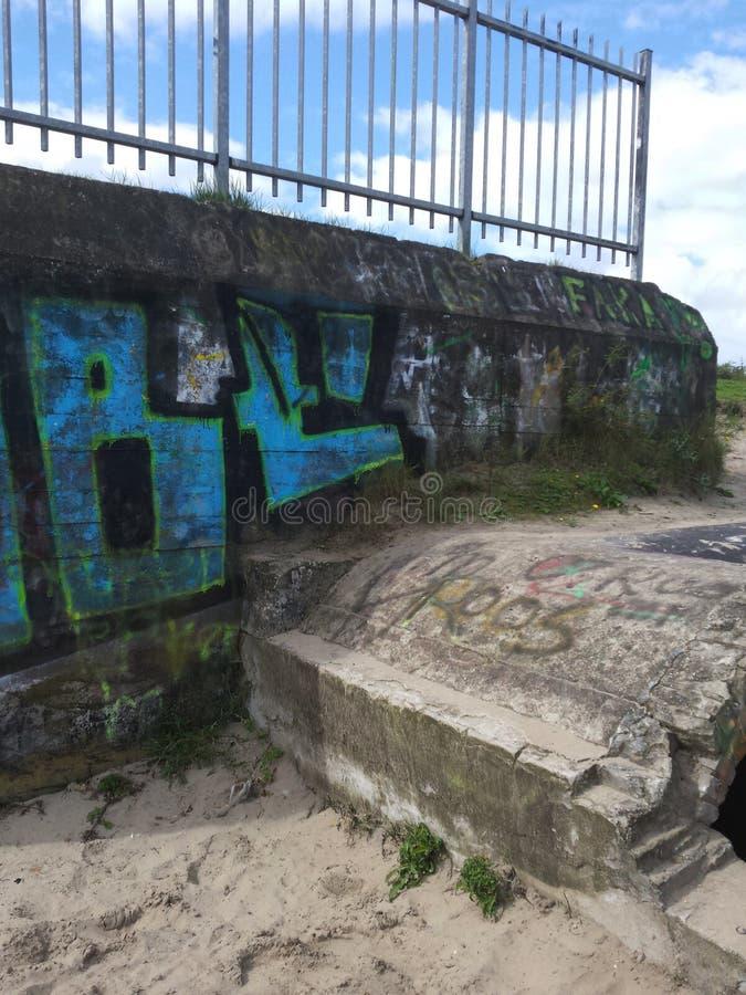 与街道画的老地堡 免版税库存图片