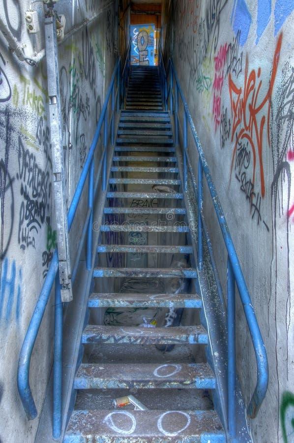 与街道画的老楼梯 库存照片