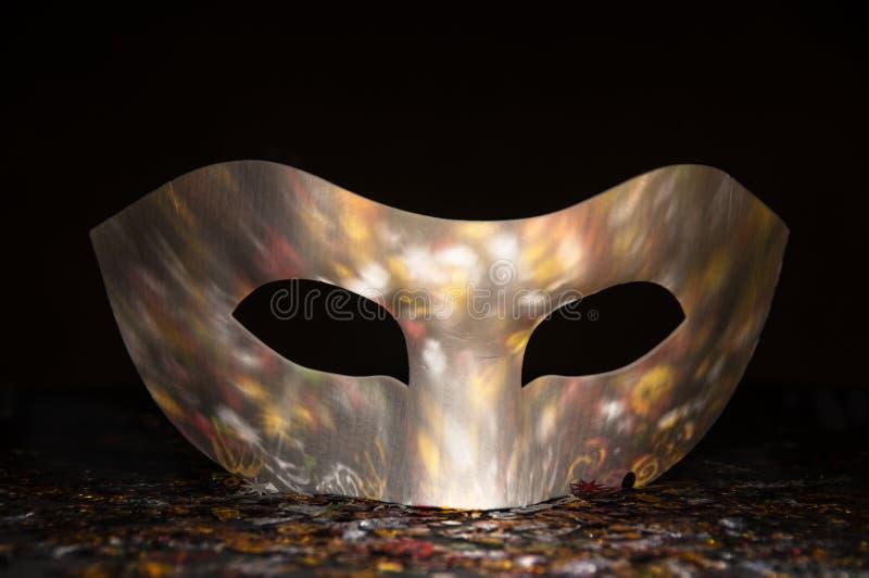与衣服饰物之小金属片的反射的白色狂欢节面具 库存图片