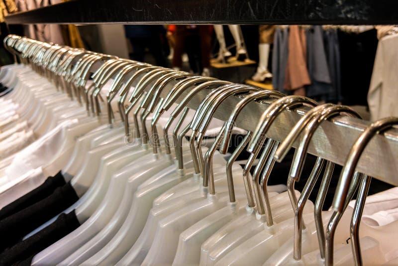 与衣裳的挂衣架连续在商店 在挂衣架的事 库存图片