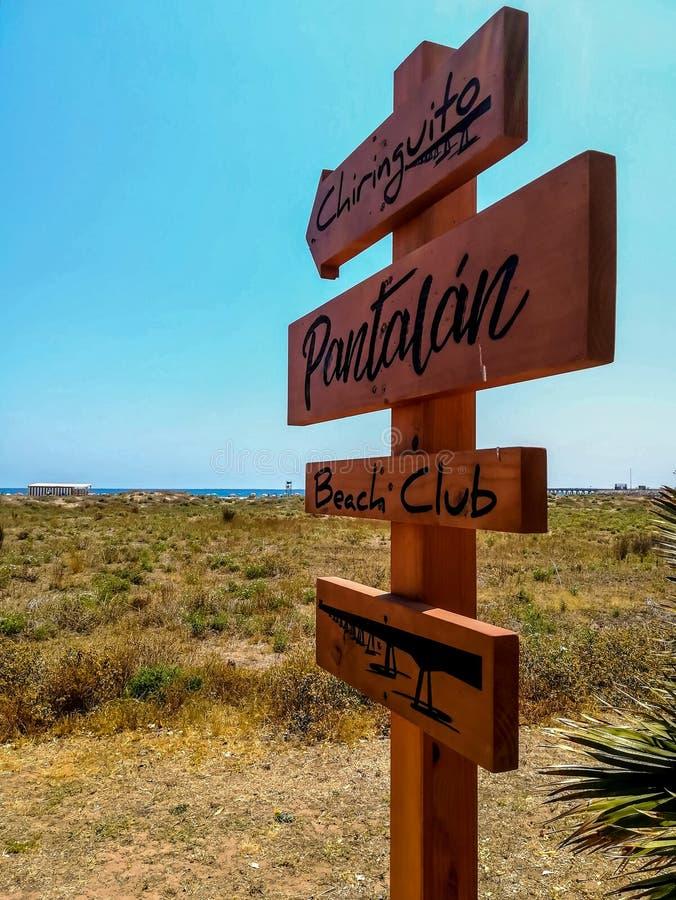 与表明方式的箭头的木标志对海滩 免版税库存图片
