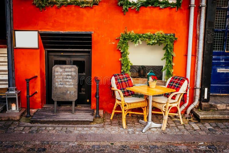与表的葡萄酒古板的咖啡馆椅子在哥本哈根 免版税图库摄影