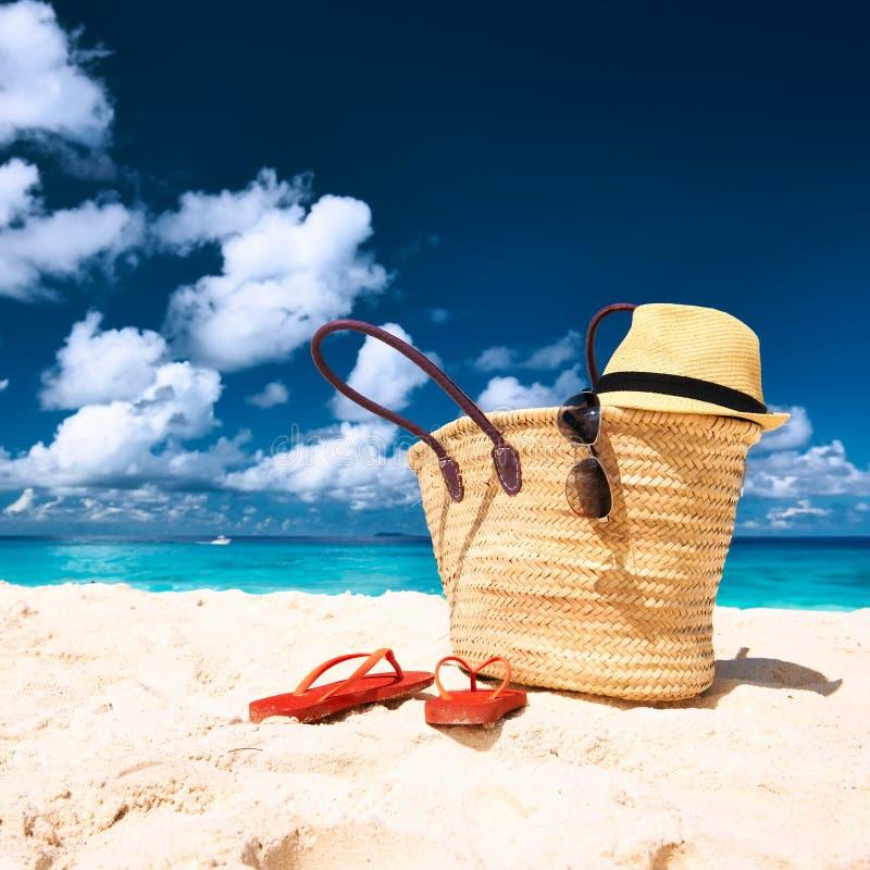 与袋子的美丽的海滩在塞舌尔群岛 免版税图库摄影
