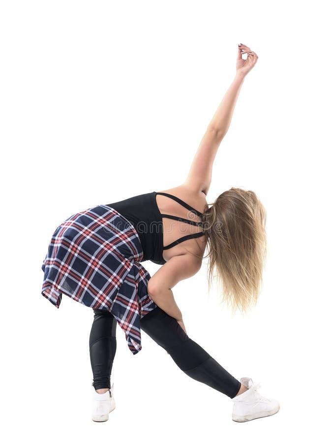与被上升的胳膊姿势的弯的妇女跳舞有氧运动爵士乐舞蹈 查出的背面图白色 免版税库存图片