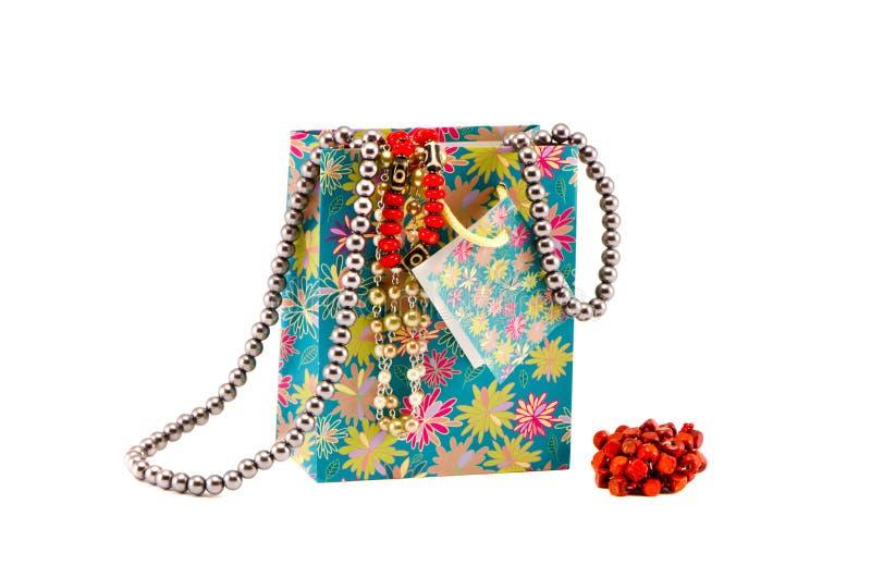 与被分类的项链的礼品袋子在白色 免版税图库摄影