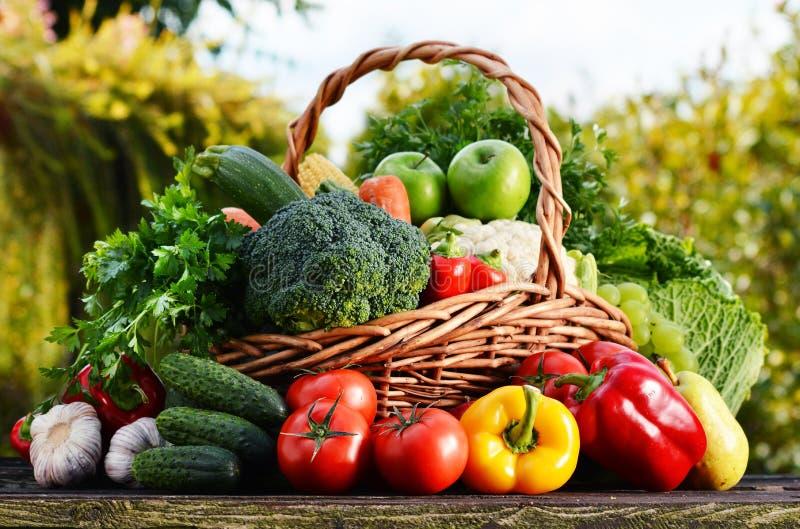 与被分类的未加工的有机菜的柳条筐在庭院里 库存照片