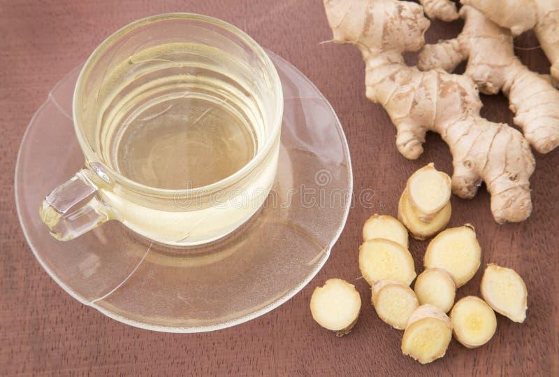 与被切的和被研的根-姜officinale的姜茶 免版税图库摄影