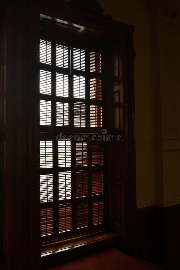 与被刻记的窗帘的木窗口 免版税库存照片
