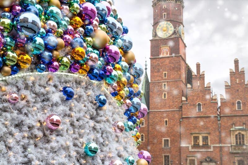 与被反射的老城市大厦的圣诞节球,在奥尔德敦弗罗茨瓦夫霍尔的背景  免版税库存图片