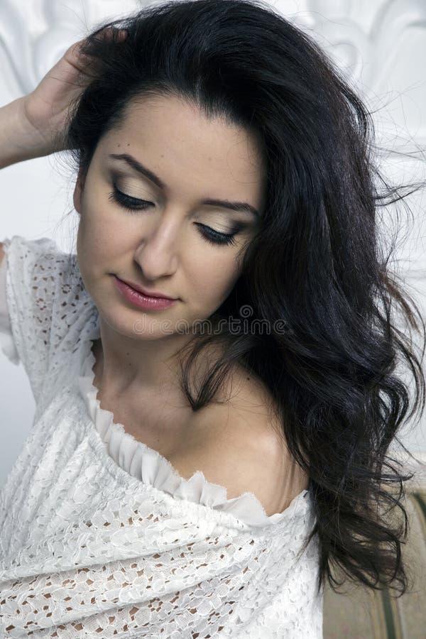 与被弄乱的黑色的美丽的深色的妇女面孔 库存照片