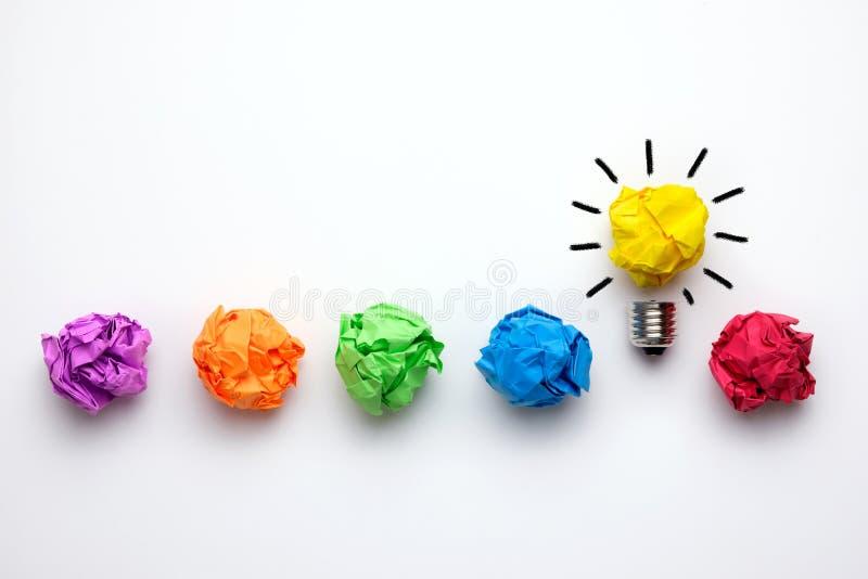 与被弄皱的五颜六色的纸和电灯泡的好主意概念 库存图片