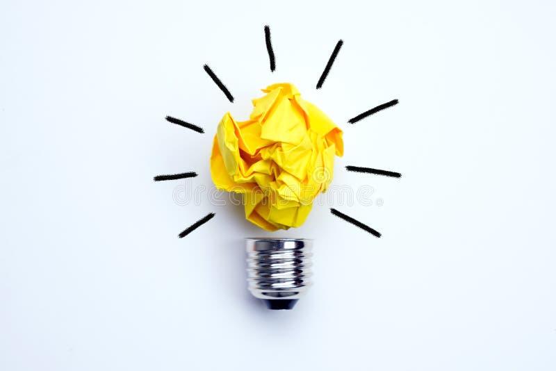 与被弄皱的黄色纸电灯泡的好主意概念 库存图片