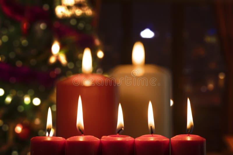 与被弄脏的圣诞树的圣诞节蜡烛 库存图片