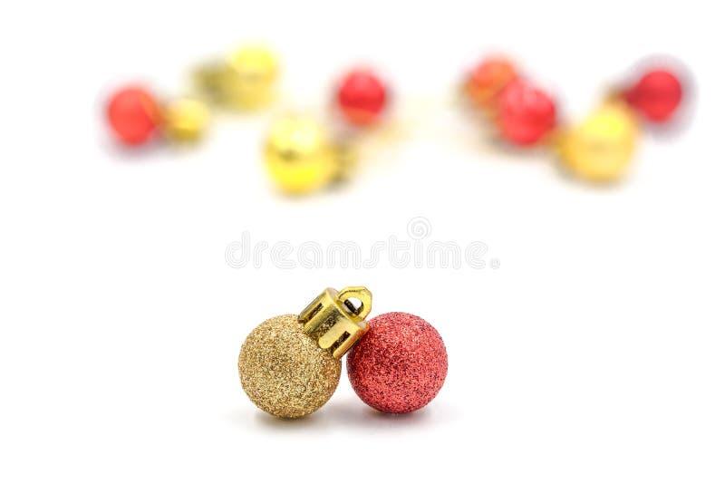 与被弄脏的装饰的圣诞节红色和金黄球装饰品 免版税库存图片