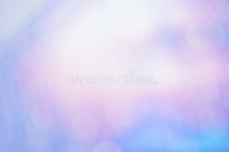 与被弄脏的defocus bokeh光的紫色颜色摘要背景 库存照片