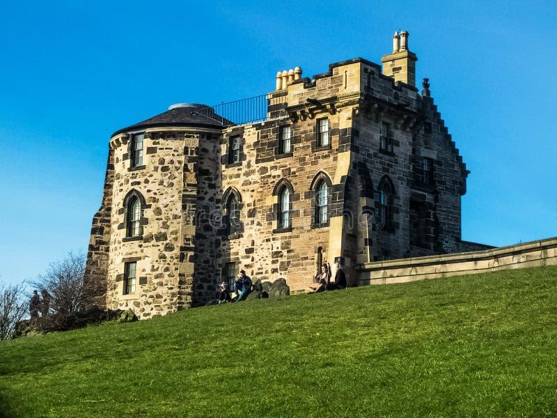 与被成拱形的窗口、烟囱和圆边的砂岩大厦在Calton小山在爱丁堡 免版税库存照片