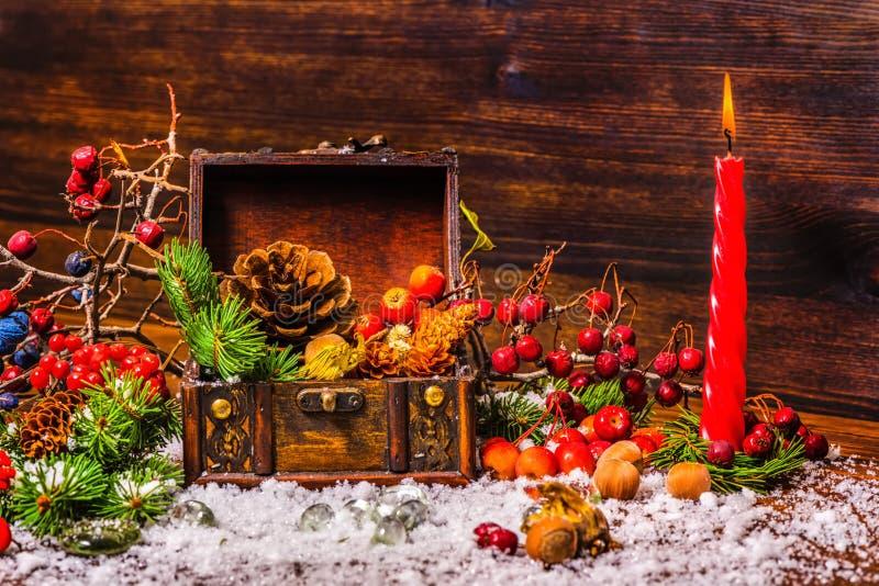 与被打开的胸口珍宝的感恩节背景, appl 免版税库存照片