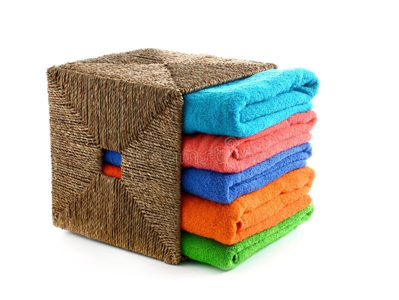 与被折叠的清洁毛巾的柳条筐在白色背景 图库摄影