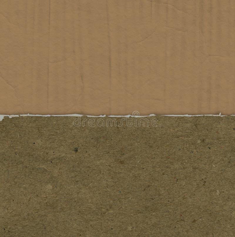与被撕毁的纸纹理的难看的东西背景在纸板 免版税图库摄影
