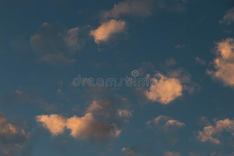与被日光照射了云彩的蓝天 免版税库存图片