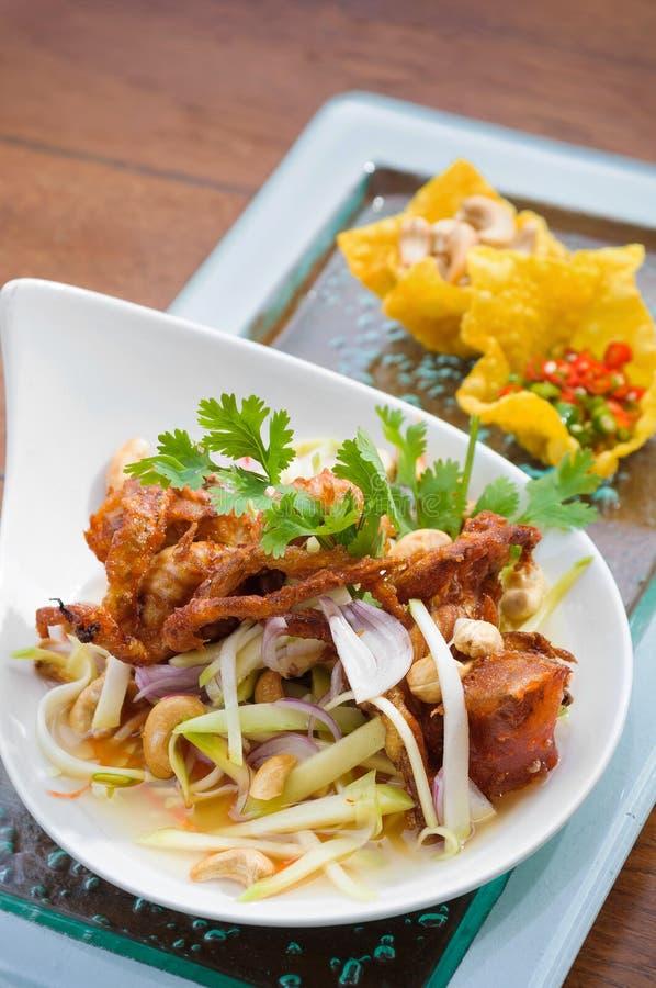 与被油炸的软的壳螃蟹和被切的gree的泰国辣沙拉 图库摄影