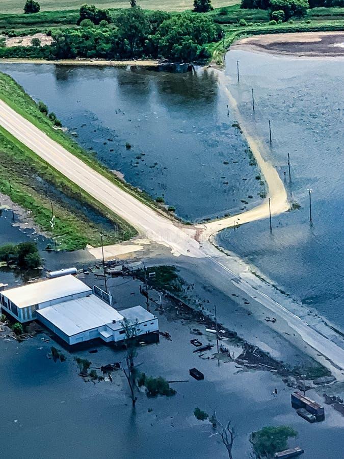 与被淹没的车行道的洪水区域沿密苏里河 免版税库存图片