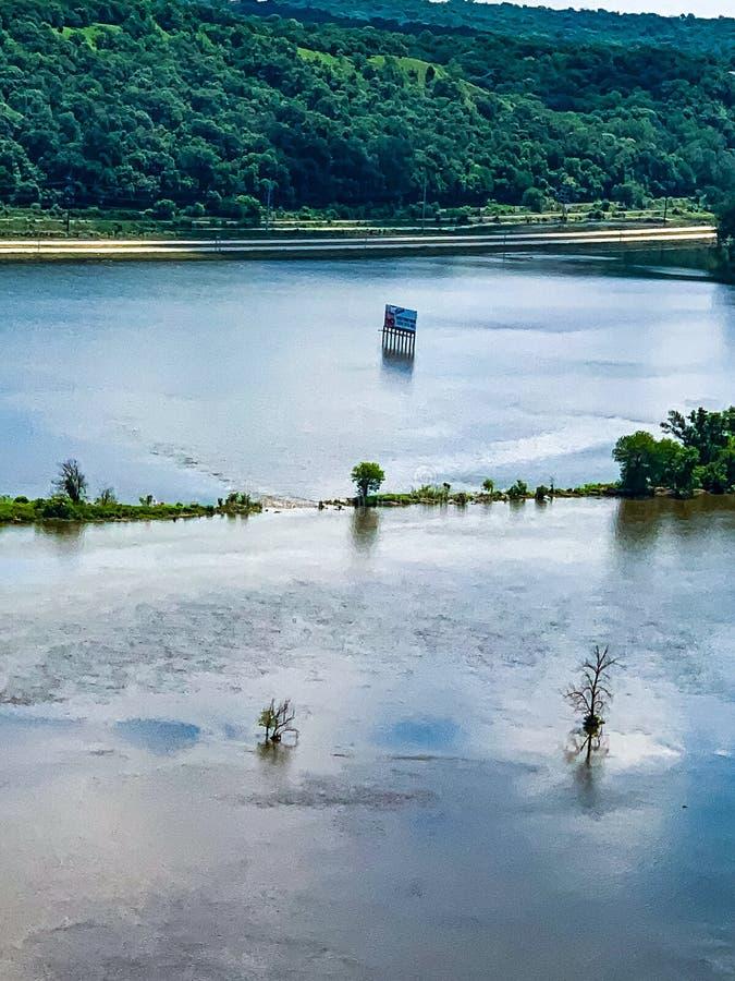 与被淹没的车行道的洪水区域沿密苏里河 图库摄影