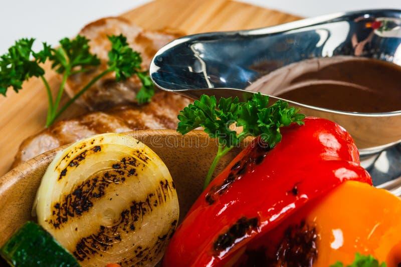 与被烘烤的菜的烤猪肉 免版税库存图片