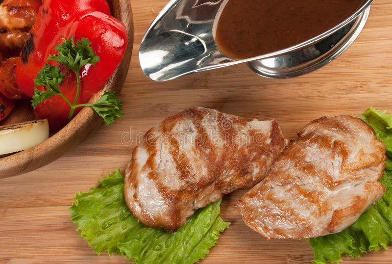 与被烘烤的菜的烤猪肉 免版税图库摄影