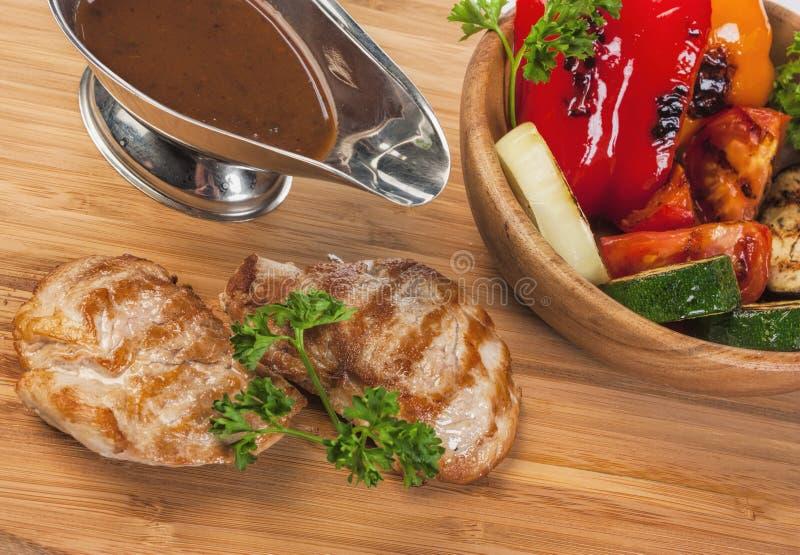 与被烘烤的菜的烤猪肉 库存图片