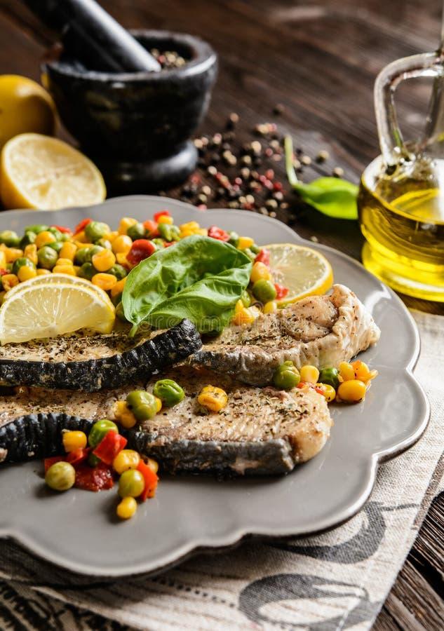 与被蒸的菜的油煎的蓝鲨鱼 免版税库存图片