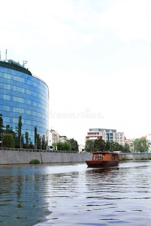 与被设色的窗口的大厦临近河 图库摄影
