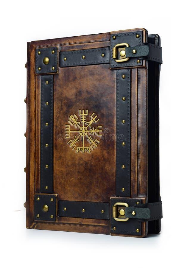 与被镀金的古老北欧海盗标志-从封面的右边的看法的皮革精装书 库存图片