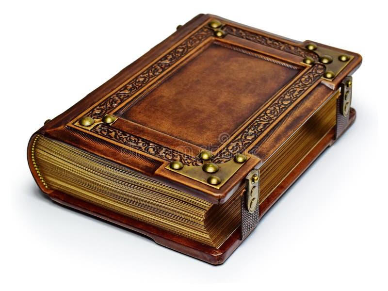 与被镀金的纸的边缘、金属弯头和皮带的葡萄酒棕色皮革书 免版税库存照片