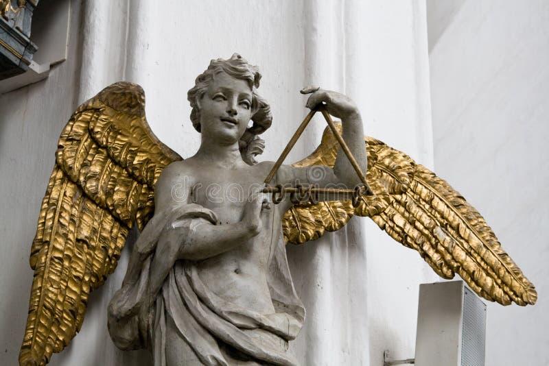 与被镀金的翼的天使在大教堂里在格但斯克,波兰, 库存图片