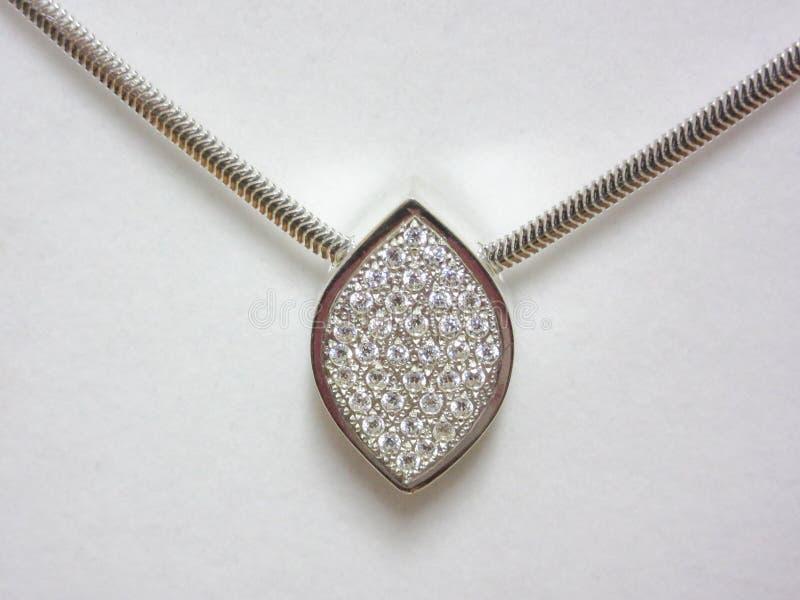 与被镶嵌的金刚石的银色项链 免版税库存图片