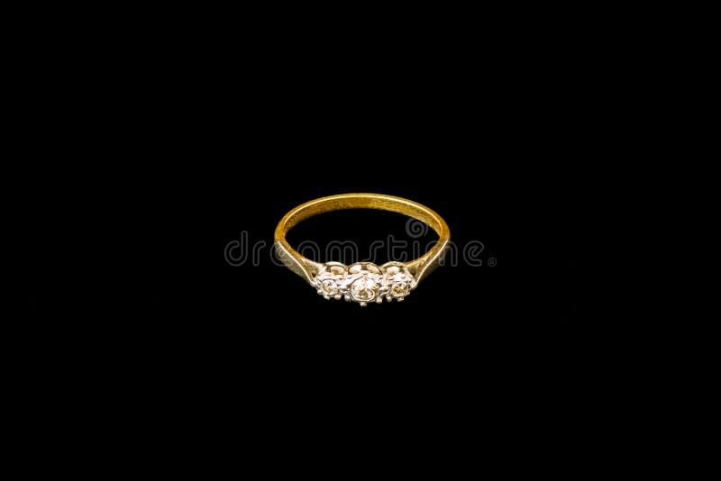 与被隔绝的三金刚石的夫人古色古香的金婚圆环 库存照片