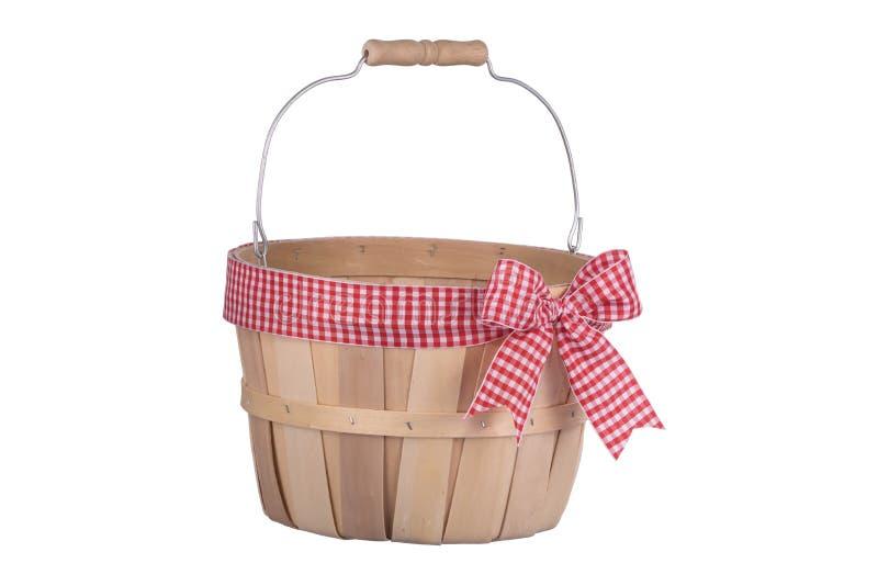 与被隔绝的格子花呢披肩丝带的古板的空的木篮子  库存照片