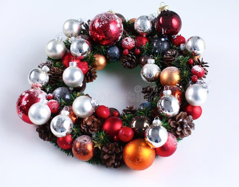 与被隔绝的装饰的绿色圣诞节花圈 免版税库存照片
