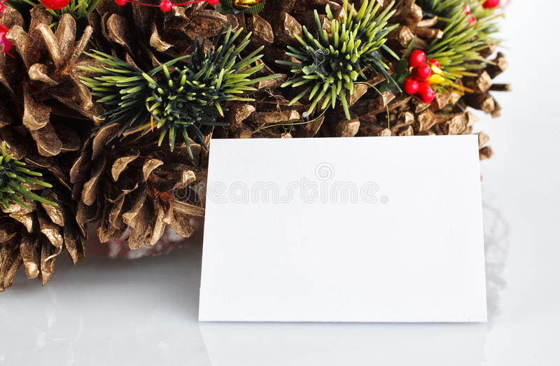 与被隔绝的装饰的绿色圣诞节花圈 免版税库存图片
