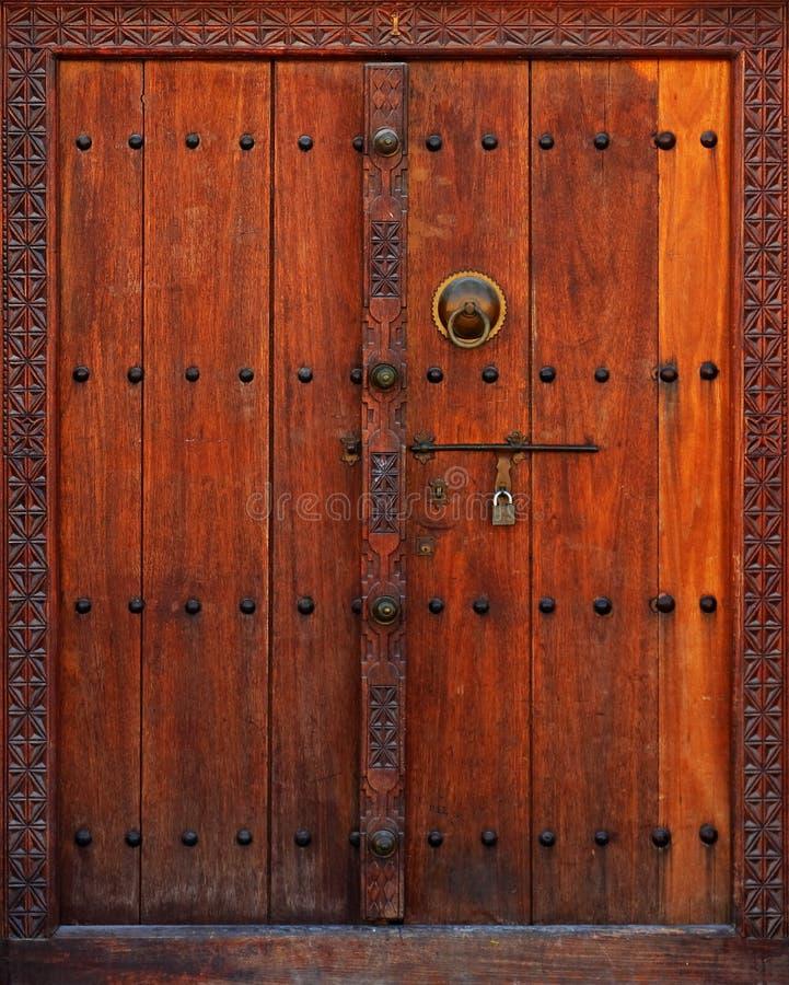 与被雕刻的框架的木门 免版税库存照片