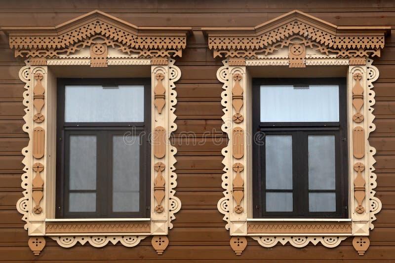与被雕刻的platbands的木窗口 库存图片