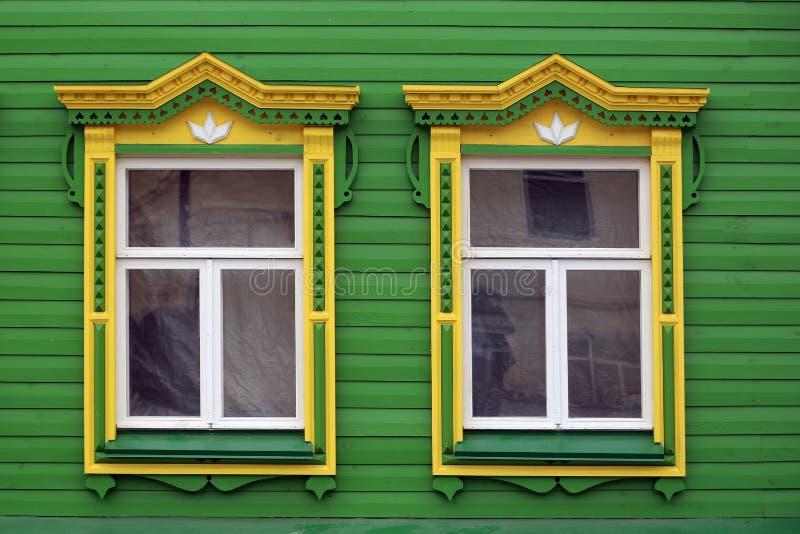与被雕刻的platbands的窗口 库存照片