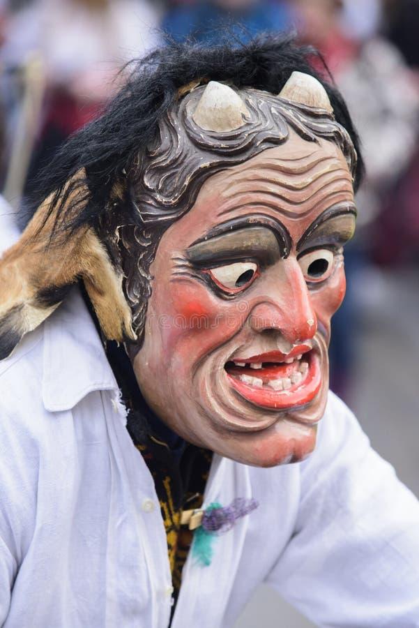 与被雕刻的木面具的狂欢节队伍 免版税图库摄影
