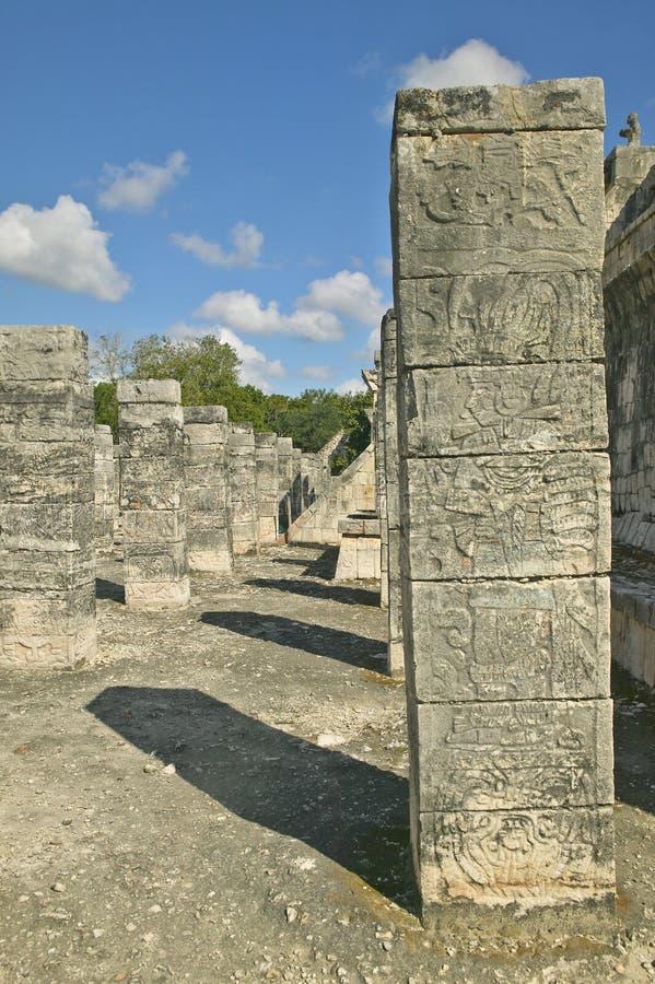 与被雕刻的石制品的专栏在战士的寺庙古老玛雅市的奇琴伊察,在尤加坦,墨西哥 免版税库存图片