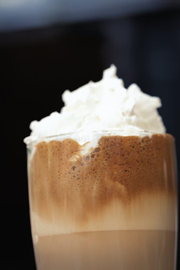 与被鞭打的奶油和泡沫-垂直的被冰的咖啡 库存图片