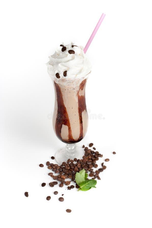与被鞭打的奶油和秸杆的被冰的咖啡 库存图片