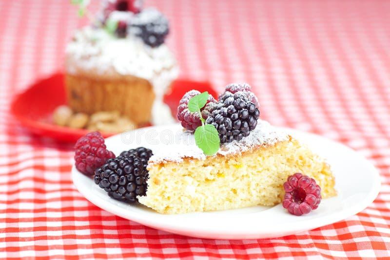 与被鞭打的奶油和蛋糕的松饼与结冰 图库摄影